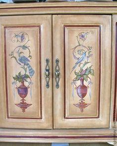 Роспись мебели. Комод из натурального дерева расписан в итальянском стиле. Живописная поверхность искусственно состарена. Хорошо смотрится в классическом интерьере.
