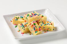 Watch this quick video from My Food and Family and sprinkle confetti on these fudge bites. Make these fudge bites as a fun weekend family activity! Jello Recipes, Fudge Recipes, Candy Recipes, Dessert Recipes, Dessert Ideas, Jello Desserts, Easter Desserts, Vegan Desserts, Recipies