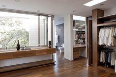 La utilización de vidrio y la continuidad de materiales exteriores e interiores buscan integrar los espacios interiores con los exteriores, generando ambientes cuyos bordes funcionales pueden ser borrados a gusto del habitante.