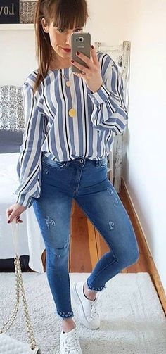 #spring #outfits  woman wearing blue denim distressed pants. Pic by @streetstyle_deutschland