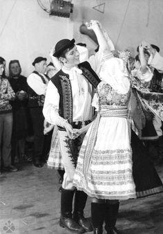 Mazúrka. Folklórna skupina, Kubrá (okr. Trenčín). Vedecký archív ÚEt SAV, foto T. Szabó 1980. Vintage Pictures, Folk Art, Life, Collection, Folklore, Popular Art, Vintage Photography