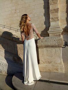 Style Boheme moderne pour la robe de mariée Rose. Une ligne parfaite près du corps finissant en légère traine derriere. Une dentelle ultra chic et moderne pour celles qui veulent changer de la dentelle classique. Une découpe très étudiée qui laisse un effet grand dos nu. http://nathalieelbaz.com