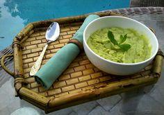 Creme de hortelã - Bata 2 copos de abacate, um copo de leite de amêndoas e 19 folhas de hortelã.