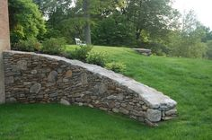 A Curved Stone Retaining Wall connects levels of a Sloped Backyard Garden Retaining Wall Patio, Boulder Retaining Wall, Landscaping Retaining Walls, Landscaping On A Hill, Landscaping Melbourne, Landscaping Ideas, Sloped Yard, Sloped Backyard, Landscape Design