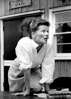 Katharine Hepburn in a classic her signature white shirt and slacks Katharine Hepburn, Audrey Hepburn, Vintage Hollywood, Classic Hollywood, Vintage Vogue, Sophia Lauren, Brigitte Bardot, Jet Set, I Look To You
