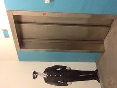 Tää Yle-hissimies on oikeesti mukava kun tulee autotallista hissille, mut säikäyttää mut joka kerta ku tulen hissistä pois ja oven avautuessa silmäkulmasta näkyy tumma hahmo.