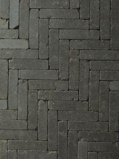 Gerumpelte Klinker-Waaltjes in anthrazit. Exklusiv bei D&K, die Klinker- & Keram. Gerumpelte Klinker-Waaltjes in anthrazit. Exklusiv bei D&K, die Klinker- & Keramikboutique im Ruhrgebiet. Landscape Architecture, Landscape Design, Engineers Day, Hotel Lobby Design, Paved Patio, Internal Courtyard, Garden Floor, Brick Flooring, Garden In The Woods