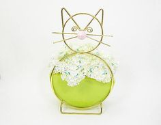 ➤ Vintage 1960s mid-century metal brass wire cat planter or vase ➤ Half-moon shaped chartreuse colored glazed pottery vase ➤ Kitschy home décor ➤ Animal planter/vase ➤ Brass wire is shaped into the outline of a cat with a glazed pottery half-moon vase for either flowers or plants ➤
