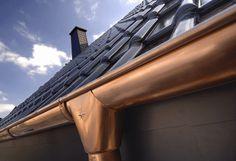 Nahaufnahme Dachrinne mit Stern-Ornament und schwarze Ziegel. Steildachsanierung durch die AB-Profil Dachdeckerei & Mehr GmbH in Bad Oeynhausen (32547) | Dachdecker.com