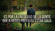 Es por la falsedad de la gente que a veces prefiero estar solo