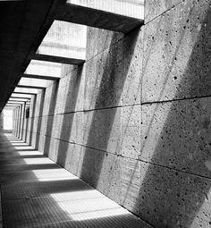 Light and Architecture - USA MOTEL shadows is hallway ideas .noir et blanc look Architecture Ombre, Shadow Architecture, Detail Architecture, Concrete Architecture, Industrial Architecture, Space Architecture, Natural Architecture, Installation Architecture, Minimal Architecture
