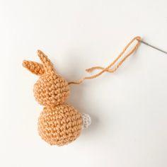 Gehäkelte Häschen als zauberhafte Osterdekoration patterns afghan patterns crochet patterns afghan scarf blanket Crochet Easter, Crochet Bunny, Crochet Motif, Crochet Hooks, Free Crochet, Crochet Patterns, Giraffe Crochet, Crochet Animals, Crochet Hair Styles