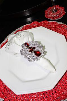 Papéis da Mulher: Sousplast de Crochê Vermelho e porta guardanapos com brilho
