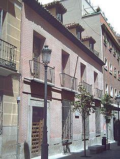 Casa-Museo de Lope de Vega (Madrid) Entre 1973 y 1975 fue restaurada de nuevo por Fernando Chueca Goitia, quien reconstruyó las diferentes habitaciones: oratorio, estrado, comedor, cocina, estudio y alcobas del poeta y de sus hijas en el primer piso y en el segundo las habitaciones de huéspedes y servidumbre. Lope disfrutaba de un huerto-jardín interior frecuentemente mencionado en sus poemas y escritos y que hubo de ser reconstruido también