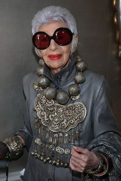 Iris Apfel attends VIOLET GREY's She's So Violet Garden Tea honoring Iris Apfel on April 2015 in Los Angeles, California. Iris Fashion, Fast Fashion, Fashion Over, Look Fashion, Costume Ethnique, Violet Garden, Look Star, Estilo Hippie, Cooler Look