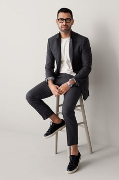 Jeff Goldblum look-alike shows that suits are versatile and can be dressed down with and a basic t-shirt and trainers.