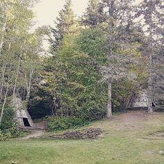 Cabanas no Micmac Interpretation Site em Gaspé (no Quebec) um centro para falar da cultura do povo micmac que hoje tem mais ou menos 20 mil pessoas e vai até o estado do Maine nos EUA. Essas cabanas são feitas com casca de árvore e madeira e foram reconstruídas do mesmo jeito que antigamente. . . . #quebecoriginal #exploreocanada #canada #extraordinariocanada #quebec #micmac #nature #wilderness #travel #travelblogger #travelgram #travelphotography #instatravel #wanderlust #travelblog…