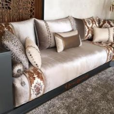 Traditional Moroccan Bench 2018 – Sculpture Wood Furniture & Deco Modern Oriental Design Source by aicha_gazil Moroccan Room, Moroccan Interiors, Moroccan Decor, Design Marocain, Living Room Decor Traditional, Home Room Design, Living Room Sofa, Sofa Set, Luxury Living