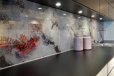 Galleri – Glamitec AS – Digitaltrykk på glass Modern Kitchen Cabinets, Glass Kitchen, Kitchen Backsplash, Kitchen Room Design, Kitchen Interior, Panel W, Printed Glass Splashbacks, Home Repairs, Minimalist Kitchen