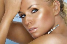 Terra Make up Umica || Le Terracotta Umica ha una formula particolarmente delicata ed è ideale per un make up veloce e per creare un aspetto del viso brillante e luminoso.  . Questa soffice polvere ha come effetto una luminosità naturale e solare. In tutte le tonalità la formula perlata dona all'incarnato un delicato effetto scintillante.