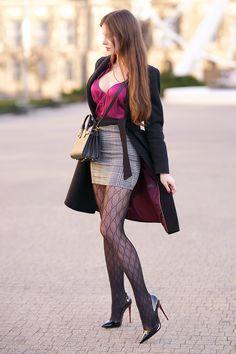 Satynowa koszula, spódniczka w kratkę, wzorzyste rajstopy i czarna torebka | Ari-Maj / Personal blog by Ariadna