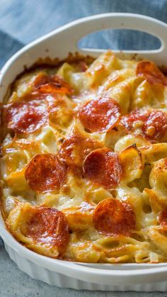 White Pizza Casserole White Pizza Casserole is a delicious blend of cheesy white pizza sauce, pasta and lots of pepperoni baked to crispy perfection in a casserole dish. Cheesy Recipes, Pizza Recipes, Dinner Recipes, Cooking Recipes, Chicken Recipes, Califlour Recipes, Macaroni Recipes, Cooking Gadgets, Cooking Tools