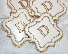 White and Gold Fancy Plaque Monogram Cookies - One Dozen Decorated Wedding Cookies via Etsy Super Cookies, Fancy Cookies, Iced Cookies, Royal Icing Cookies, Cupcake Cookies, Cookies Et Biscuits, Cupcakes, Cookies Decorados, Galletas Cookies