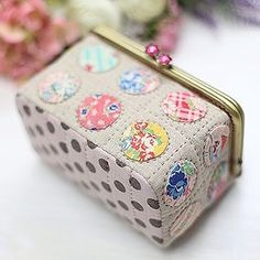 Purse with appliquéd dots, like the stitching around the dots Patchwork Bags, Quilted Bag, Frame Purse, Sewing Box, Fabric Bags, Sewing Accessories, Handmade Bags, Small Bags, Pin Cushions