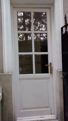 puerta de madera con tablero y vidrio repartido