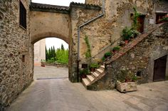 Patterns: Small archway, outdoor steps, use of flower potts