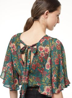 Blusa manga murcielago blusas de moda seven seven blusa в 2019 г. Neck Designs For Suits, Designs For Dresses, Blouse Styles, Blouse Designs, Estilo Floral, Tunic Pattern, Mode Hijab, Dress Sewing Patterns, Trendy Tops