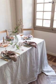 Trendy Wedding Table Settings White Linens Ideas Source by table clothes ideas Casual Table Settings, Brunch Table Setting, White Table Settings, Wedding Table Settings, Everyday Table Settings, Wedding Tables, Table Linens, Linen Tablecloth, Decoration Table