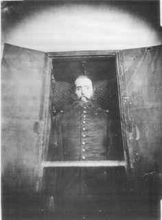 Cadaver de Maximiliano de Habsburgo en su ataud. Su cuerpo fue enviado a Austria.