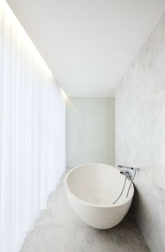 White bathroom -Valongo House Portugal by Atelier Nuno Lacerda Lopes Interior Architecture, Interior And Exterior, Interior Design, White Bathroom, Modern Bathroom, Zen Bathroom, Minimalist Bathroom, Wc Design, House Design