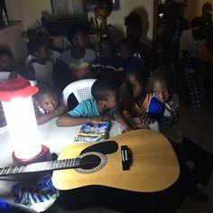 No último domingo ainda estávamos sem energia, porém, não deixamos a oportunidade de entregar as doações que trouxemos de instrumentos musicais. Foi um dia de muita alegria por saber que Deus irá se manifestar mais e mais através da adoração. Nosso próximo passo é colocar energia na escola de adoração. Continuem seguindo nossos passos aqui nas mídias sociais.  #NationsHelp #AvanteBrasil #HaitiPovoAdorador
