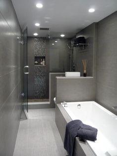 Proměnlivé tóny bílé a šedé lze vizuálně spojit, aby tento kout domu působil expanzivně. Tato spojitost v zásadě popírá úzké rozměry. V místnosti, kde vládne neutrální barevné schéma, jsou d