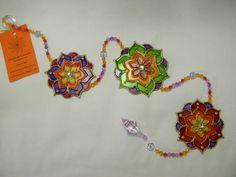 Móbile com 3 mandalas de flores - em polipropileno  Técnica de pintura vitral, com aplicação de pedras de acrílico R$ 40,00