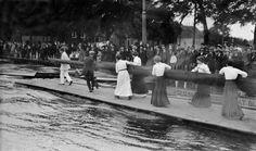 Sport, roeien. Studentenroeiwedstrijden op de Amstel. Vrouwen / studentes / dames brengen hun boot naar buiten. Amsterdam, 1912.