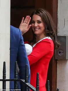 Kate Middleton gives birth to a 8lbs 7oz boy   Daily Mail Online