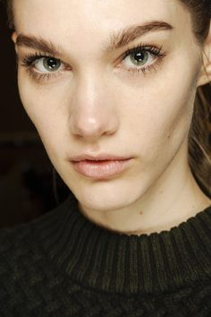 Very natural look from Stella McCartney. Softly brushed, bushy brows, nude lip. Major focus on lashes. For this look, I wouldn't use strip lashes but long individual lashes.