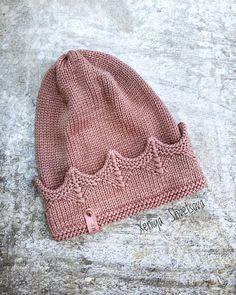 Привет 👋🏻 Как вам такая идея шапки?! И можно ходить принцессой круглый год 😌👑 Baby Knitting Patterns, Baby Hat Patterns, Crochet Beanie, Knit Or Crochet, Crochet Hats, Knitted Cat, Crochet Winter, Diy Hat, Crochet Accessories