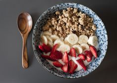 Yogurt, granola, strawberries and bananas. My perfect breakfast Healthy Desayunos, Healthy Snacks, Healthy Eating, Healthy Recipes, Healthy Food Tumblr, Healthy Brunch, Eating Vegan, Healthy Breakfasts, Delicious Recipes