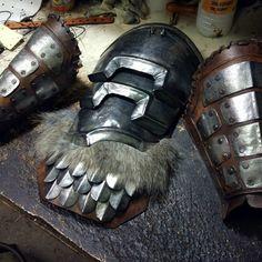 Steel shoulder armor and bracers. Rat Costume, Larp Costumes, Armadura Cosplay, Cosplay Armor, Shoulder Armor, Fantasy Weapons, Dark Souls, Zbrush, Conan
