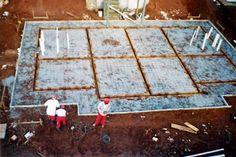 """Reportagem: Simone Sayegh As casas de steel frame (pronuncia- se """"estil freime"""") são aquelas construídas com perfis de aço zincado, que..."""