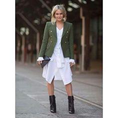 #Street #style vestido branco jaqueta militar e bota