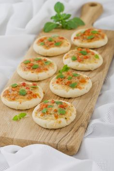 mini margherita pizza - tomatosauce,cheese, basil topping