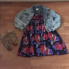 Flowery short sundress 👗 This flowery short dress is perfect for a day at the park 👗👡 has a a little flare in the front. Short Sundress, Floral Sundress, Short Mini Dress, Cheap Dresses, Short Sleeve Dresses, Brandy Melville Dress, Mini Shirt Dress, Casual Summer Dresses, Flare