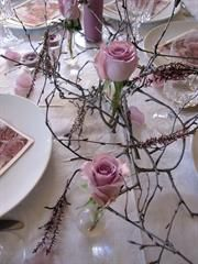 Cheap and simple table decor. Birch-branches, roses in small vases and erica. Candle Centerpieces, Wedding Centerpieces, Wedding Decorations, Candles, Table Decorations, Centerpiece Ideas, Birch Branches, Spring Wedding, Party Planning