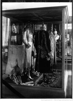 Malmaison : la robe brodée d'or portée par Napoléon Ier, le jour du sacre et les vêtements impériaux brodés par Picot : [photographie de presse] / Agence Meurisse