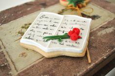 Preciosas galletas decoradas para Sant Jordi. El libro. Idea y receta de @Sucre & Mel #SantJordi #Galleta #receta #Glasa